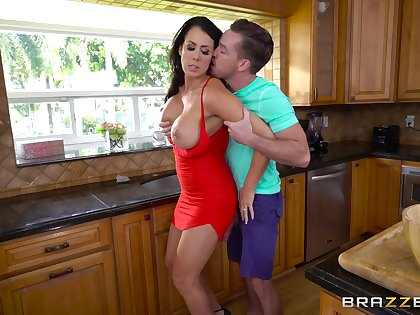 Oustandingly MILF Reagan Foxx does their way worst work in the kitchen